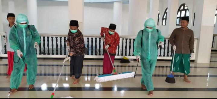 Cegah Covid-19, Poskestren Miftahul Ulum Lakukan Penyemprotan Desinfectan Di Lingkungan Pondok Pesantren